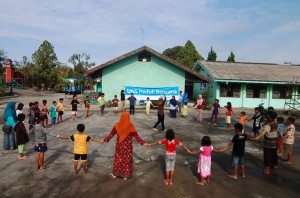 Tim UNS Peduli Bencana Adakan Trauma Healing  di Gunung Kelud